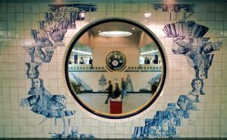 "Metropolitano de Lisboa, MetroLisboa, Station Campo Grande, Fliesenbilder, Azulejos ""Figuras de Convite"" (Einladende Figuren). Künstler: Eduardo Nery."