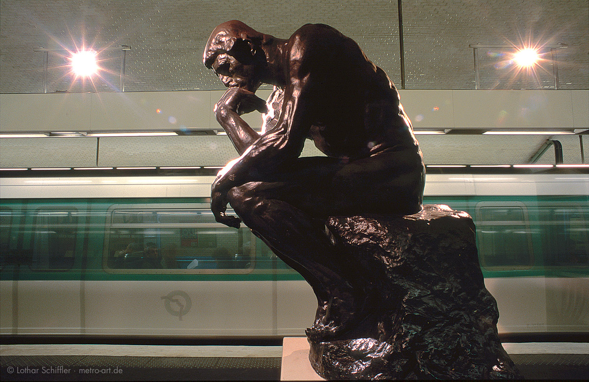 """Metro-Station VARENNE, Paris. """"Der Denker"""" von August Rodin. Kopie von 1978"""
